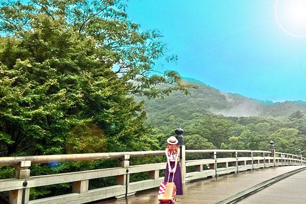 伊勢神宮内宮を旅行で歩く女性